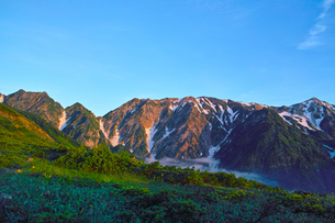 八方尾根から見た朝日を浴びた北アルプスの写真素材 [FYI01195644]