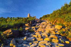 朝日を浴びた八方ケルンと登山道の写真素材 [FYI01195647]