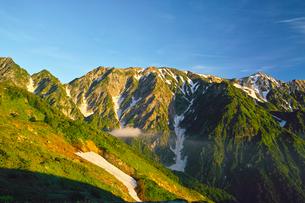 八方尾根から見た朝日を浴びた北アルプスの写真素材 [FYI01195657]