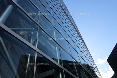 ガラス外壁の建物の抽象的なアングルの写真素材 [FYI01195745]