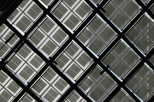 幾何学的なガラスの天井の抽象的な景色の写真素材 [FYI01195754]