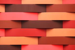 赤のグラデーションが特徴的な幾何学模様の壁面の写真素材 [FYI01195756]