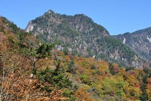 紅葉の鶏冠山の写真素材 [FYI01196011]