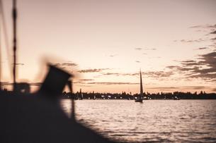 夕暮れのウィンチの影とヨットの写真素材 [FYI01196026]