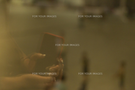 携帯電話を持っている手の写真素材 [FYI01196031]
