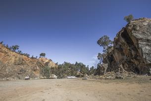 開けた渓谷と青空の写真素材 [FYI01196034]
