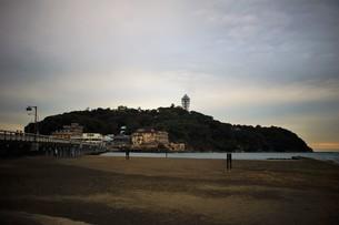 夕暮れの江の島の写真素材 [FYI01196042]