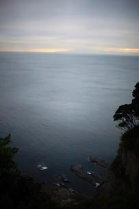 夕暮れの江の島(岩屋)の写真素材 [FYI01196048]