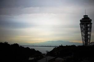 夕暮れの江の島(岩屋)の写真素材 [FYI01196050]