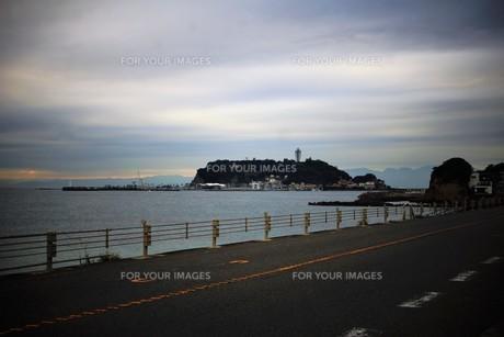 夕暮れの江の島(岩屋)の写真素材 [FYI01196051]
