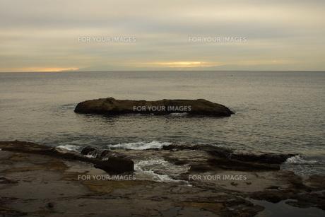 夕暮れの江の島(岩屋)の写真素材 [FYI01196053]