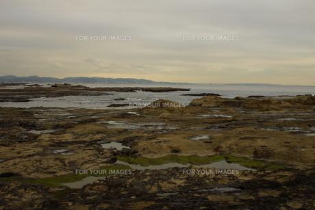 夕暮れの江の島(岩屋)の写真素材 [FYI01196055]
