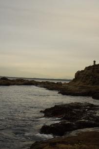 夕暮れの江の島(岩屋)の写真素材 [FYI01196056]