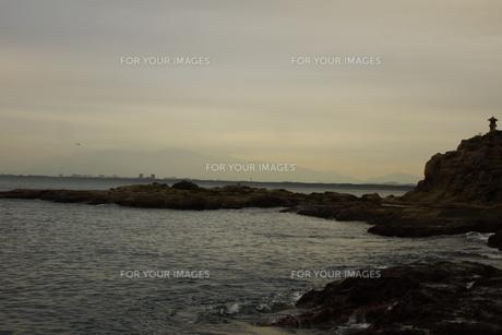 夕暮れの江の島(岩屋)の写真素材 [FYI01196057]