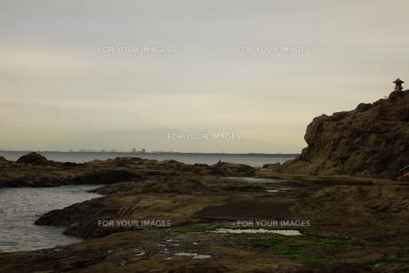 夕暮れの江の島(岩屋)の写真素材 [FYI01196058]