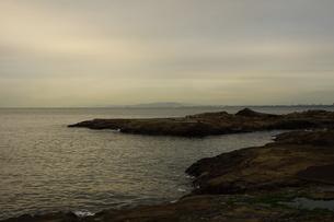 夕暮れの江の島(岩屋)の写真素材 [FYI01196059]