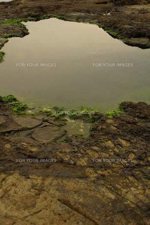 夕暮れの江の島(岩屋)の写真素材 [FYI01196060]