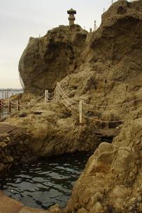 夕暮れの江の島(岩屋)の写真素材 [FYI01196063]