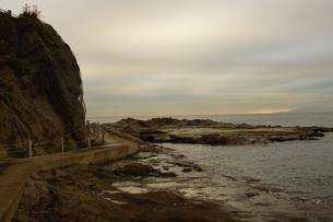 夕暮れの江の島(岩屋)の写真素材 [FYI01196065]