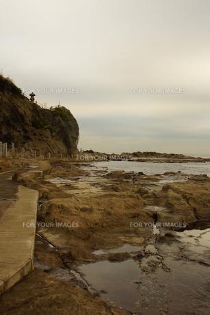 夕暮れの江の島(岩屋)の写真素材 [FYI01196067]