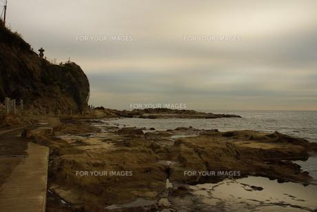 夕暮れの江の島(岩屋)の写真素材 [FYI01196068]