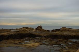 夕暮れの江の島(岩屋)の写真素材 [FYI01196075]