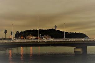 夕暮れの江の島の写真素材 [FYI01196081]