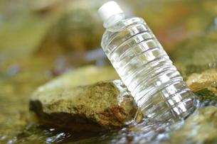 川の水で冷やす、ペットボトル入り飲料水。の写真素材 [FYI01196151]