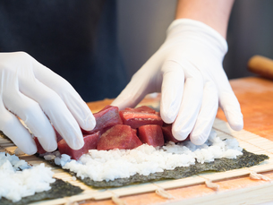 鮪の太巻き寿司の写真素材 [FYI01196199]