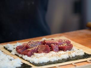鮪の太巻き寿司の写真素材 [FYI01196201]