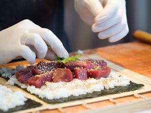 鮪の太巻き寿司の写真素材 [FYI01196202]