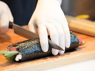 鮪の太巻き寿司の写真素材 [FYI01196204]