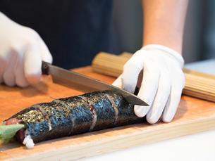 鮪の太巻き寿司の写真素材 [FYI01196205]
