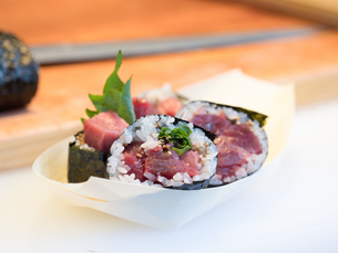 鮪の太巻き寿司の写真素材 [FYI01196206]