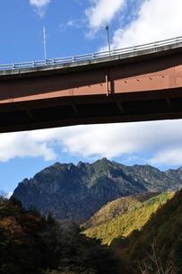 西沢渓谷に架かる橋と鶏冠山の写真素材 [FYI01196301]