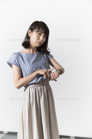 時計を見る若い女性の写真素材 [FYI01196332]