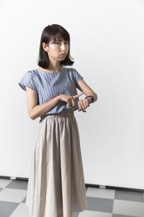 時計を見る若い女性の写真素材 [FYI01196334]