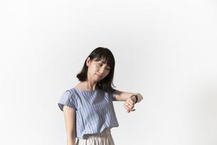 時計を見る若い女性の写真素材 [FYI01196337]