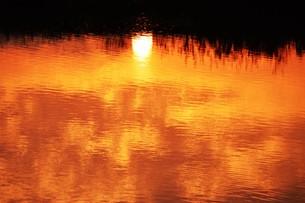 日本の風景・朝日に輝く 筑後川シルエット / 九州福岡県久留米市筑後川のイラスト素材 [FYI01196461]