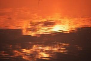 日本の風景・朝日に輝く 筑後川シルエット / 九州福岡県久留米市筑後川のイラスト素材 [FYI01196467]