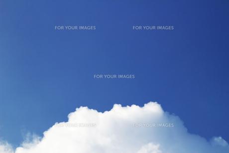 夏の青空の下の雲の写真素材 [FYI01196790]