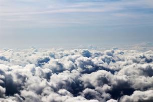 空から見る横に連なる雲の風景の写真素材 [FYI01196791]