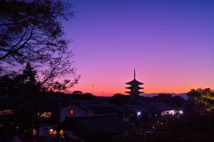 夕焼け空と八坂の塔の写真素材 [FYI01196907]