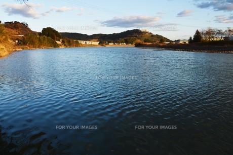 川面の抽象・筑後川 / 九州福岡県朝倉市の写真素材 [FYI01196981]