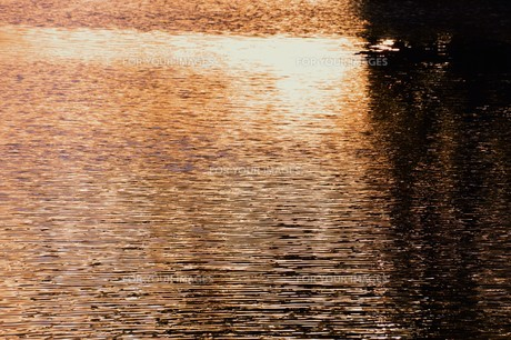 川面の抽象・筑後川 / 九州福岡県朝倉市の写真素材 [FYI01196985]
