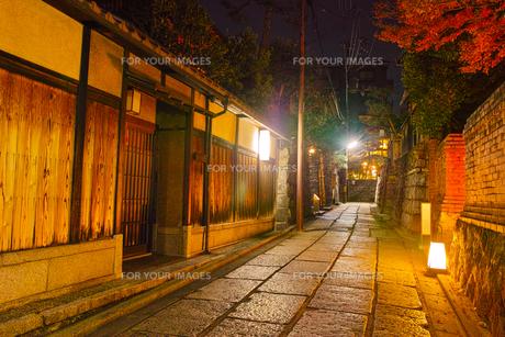 京都東山、秋の石塀小路の夜景の写真素材 [FYI01197174]