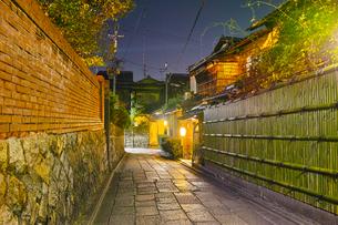京都東山、秋の石塀小路の夜景の写真素材 [FYI01197175]
