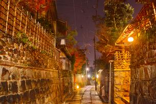 京都東山、秋の石塀小路の夜景の写真素材 [FYI01197176]