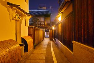 京都東山、秋の石塀小路の夜景の写真素材 [FYI01197177]