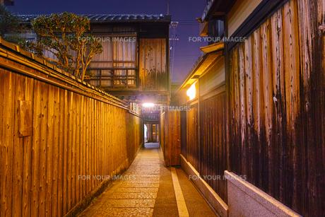 京都東山、秋の石塀小路の夜景の写真素材 [FYI01197178]